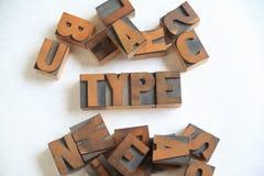 Le vieux bois marque avec des lettres le mot pour dactylographier sur le blanc Photos libres de droits