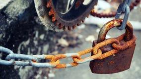 Le vieux cadenas avec une chaîne de fer à une barrière, déchets, confisquent, se rouillent photographie stock