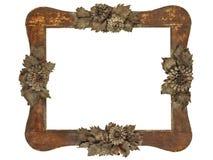 Le vieux cadre de tableau avec du bois a coupé les fleurs grises d'isolement sur le blanc Image libre de droits