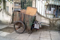 Le vieux camion à ordures photo libre de droits