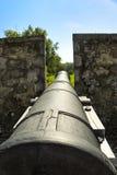 Le vieux canon de Fort Erie regarde sur un champ Photo libre de droits