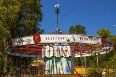 Le vieux carrousel en bois joyeux vont rond dépouillé Image libre de droits