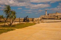 Le vieux château colonial de San Salvador de la Punta Arme à feu aux murs du ruiné Phare de Castillo Del Morro La Havane, Cuba image libre de droits