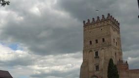 Le vieux château, nuages chronomètrent des recouvrements banque de vidéos