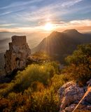 Le vieux château regardant fixement le ` s d'automne colore : Coucher du soleil rentré la région française de Cathare la veille d images libres de droits