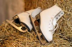 Le vieux chiffre patins et la guirlande de Noël s'allume sur le vieux woode foncé Photos stock