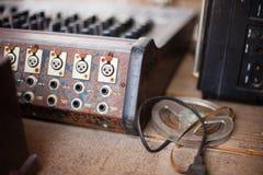 Le vieux contrôleur musical défectueux inutile DJ de mélangeur d'équipement commandent Images libres de droits