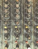 Le vieux contrôleur musical défectueux inutile DJ de mélangeur d'équipement commandent Photos stock