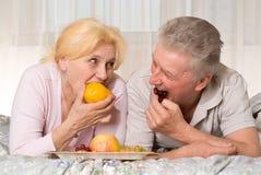 Le vieux couple l mange du fruit Image stock
