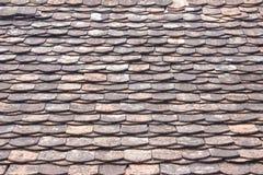Le vieux détail architectural des tuiles de toit d'ardoise/a remplacé le résumé lumineux images stock