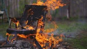 Le vieux fauteuil est sur le feu banque de vidéos