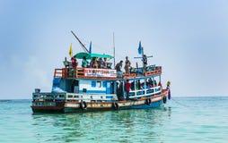 Le vieux ferry-boat en bois amène des touristes à la petite île du KOH image libre de droits
