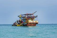 Le vieux ferry-boat en bois amène des touristes à la petite île du KOH photo libre de droits