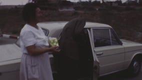 Le vieux film couleurs de vintage badine la femme embrassant le soldat au revoir qu'il se repose dans la voiture banque de vidéos