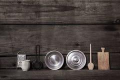 ustensiles de cuisine et tableau noir de vintage sur le fond en