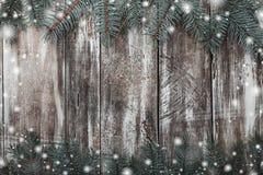 Le vieux fond en bois avec l'espace pour la carte de voeux avec le sapin vert s'embranche au dessus et au bas Photo stock