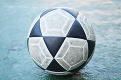 Le vieux football au sol Images libres de droits