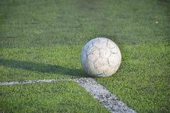 Le vieux football, ballon de football sur l'herbe Images stock