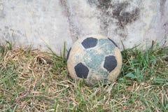 le vieux football noir et blanc photographie stock