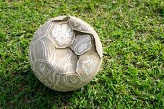 Le vieux football sur le champ d'herbe Photos stock