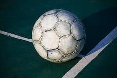 Le vieux football utilisé ou ballon de football sur criqué photographie stock