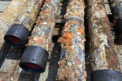 Le vieux gisement de pétrole extérieur enfermant juste a retiré du trou Photos stock