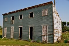 Le vieux grenier manque des portes et des bâches de fenêtre Images libres de droits