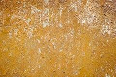 Le vieux grunge de mur donne à des milieux une consistance rugueuse avec des fissures photo libre de droits