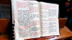 Le vieux livre antique de liturgie de l'église catholique image stock