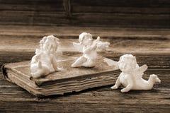 Le vieux livre et les trois anges avec le spase vide pour le texte Image libre de droits