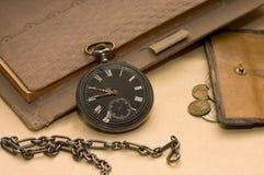 Le vieux livre, la vieille montre et l'argent Images stock