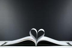 Le vieux livre ouvert de livre cartonné, page décorent dans une forme de coeur pour l'amour dans le ` s de Valentine amour avec l Images stock