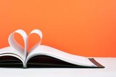 Le vieux livre ouvert de livre cartonné, page décorent dans une forme de coeur pour l'amour dans le ` s de Valentine amour avec l Images libres de droits
