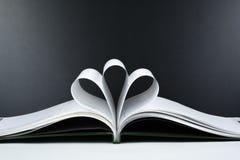 Le vieux livre ouvert de livre cartonné, page décorent dans une forme de fleur pour l'amour dans le ` s de Valentine amour avec l Photographie stock libre de droits