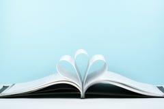 Le vieux livre ouvert de livre cartonné, page décorent dans une forme de fleur pour l'amour dans le ` s de Valentine amour avec l Photos libres de droits