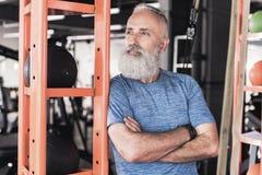 Le vieux mâle avec la barbe se repose dans le club sportif Images libres de droits