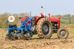 Le vieux massey rouge fergusen le tracteur au match de labourage Photo libre de droits