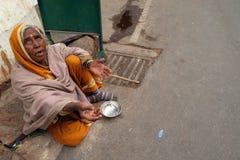 Le vieux mendiant indien attend l'aumône sur une rue dans Pushkar, Inde image libre de droits