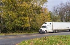Le vieux modèle a utilisé le grand camion d'installation semi avec semi la remorque minable conduisant sur la route d'automne ave image stock