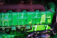 le vieux moteur tracteur a peint le vert avec des brides et des boulons image stock