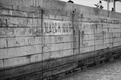 Le vieux mur avec observent peint là-dessus Photo stock