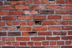 Le vieux mur de briques d'argile rouge a survécu au mortor gris unique Image libre de droits