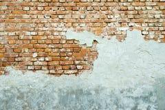 Le vieux mur de briques plâtré Photo stock