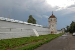 Le vieux mur de forteresse du monastère Suzdal, Russie photo stock