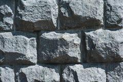 Le vieux mur de grandes différentes pierres noires apprêtent fond images stock