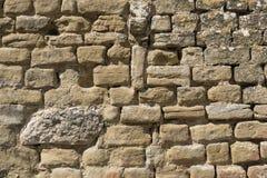 Le vieux mur en pierre d'un château a découpé à la main avec des morceaux plus modernes dans la droite supérieure Image libre de droits