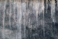 Le vieux mur noir avec la chaux blanche souille pour le fond Photos libres de droits