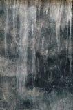 Le vieux mur noir avec la chaux blanche souille pour le fond Photos stock