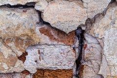 Le vieux mur ruiné Mur ruiné Vieille brique rouge 19ème siècle Une fente dans le mur Images stock