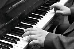 Le vieux musicien de jazz joue le piano Image libre de droits